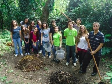Integrantes mostrando nossa compostagem!